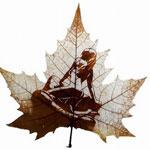 Картины вырезанные на листьях