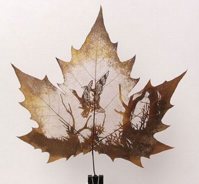 Картины вырезанные на листьях - 10