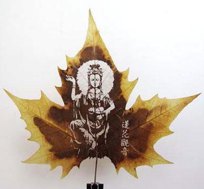 Картины вырезанные на листьях - 11