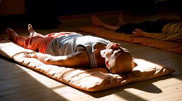 Упражнения на расслабление – мертвая поза
