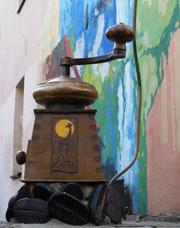 Интересные памятники - памятник кофемолке-1